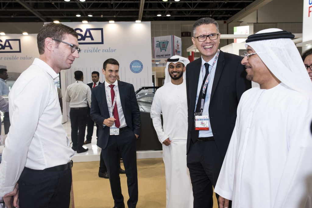 Image04 - Director General of Dubai Municipality engages with exhibitor
